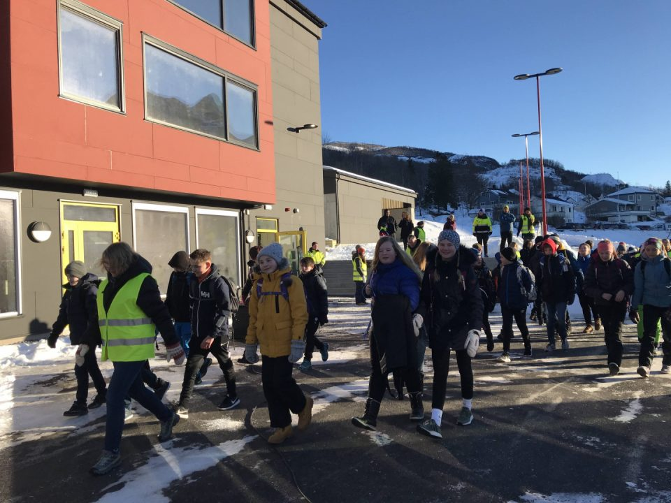 Elever ankommer Spildra skole i Meløy