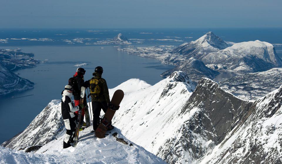 Snowboard kjørere har utsikt fra Tverrfjell i Glomfjord foto av Conne Slettan Olsen