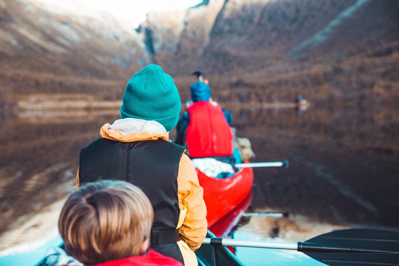 I kano på neverdalsvatnet. Foto av Åge Magnussen.